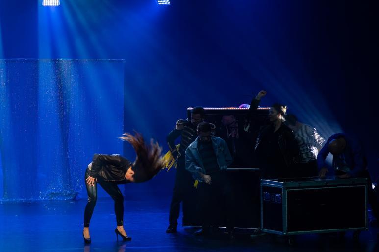 Na kolorowym zdjęciu widzimy grupę 6 osób tańczących w rytm w muzyki do utworu