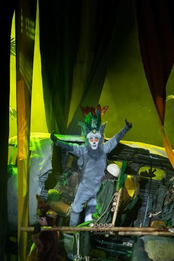 Na zdjęciu widoczna jest scenografia wraku samolotu, na tle której stoi aktor odgrywający rolę króla lemurów – Juliana.